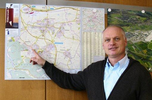 Reinhard Molt zeigt auf dem Stadtplan, wo seine neue Arbeitsstätte liegt. Foto: Jens Noll