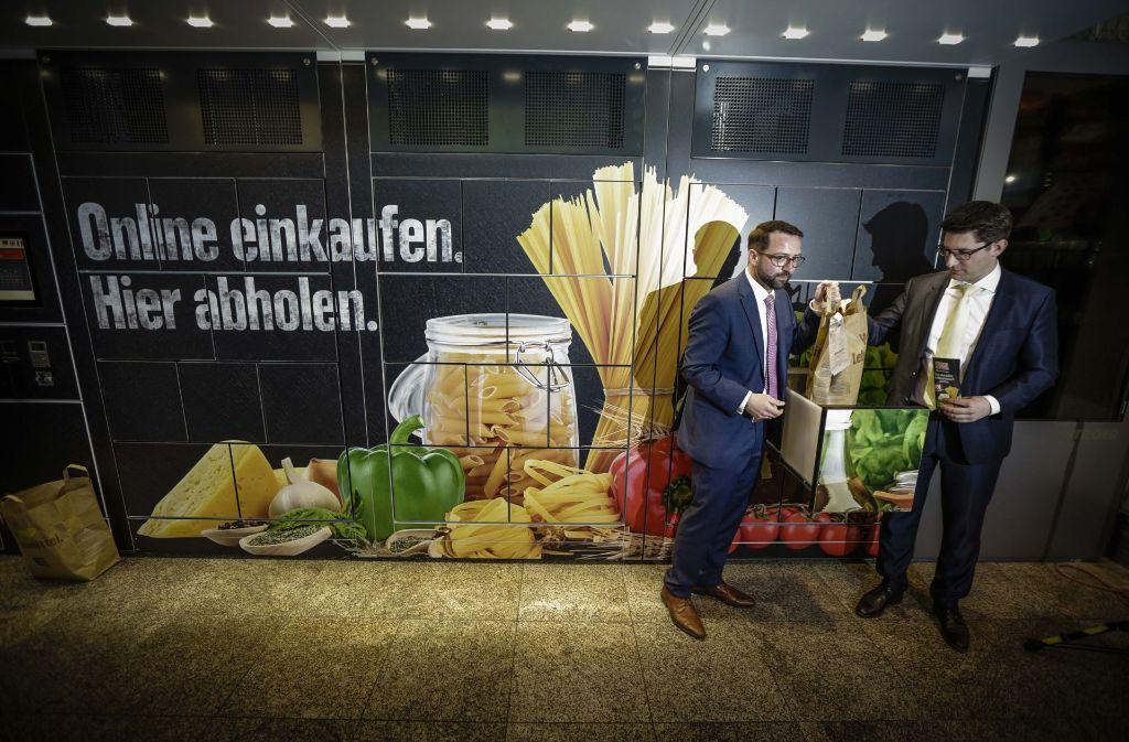 Thomas Böhm (links) und Dirk Rothenstein von der Deutschen Bahn haben am Donnerstag die Bahnhofsbox am Stuttgarter Hauptbahnhof vorgestellt. Foto: Lichtgut/Leif Piechowski
