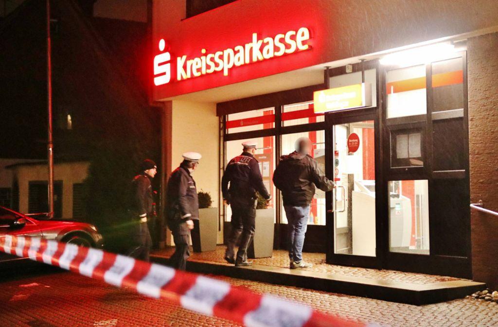 Die Polizei sichert Spuren in der überfallenen Sparkassenfiliale. Foto: 7aktuell.de/Kevin Lermer