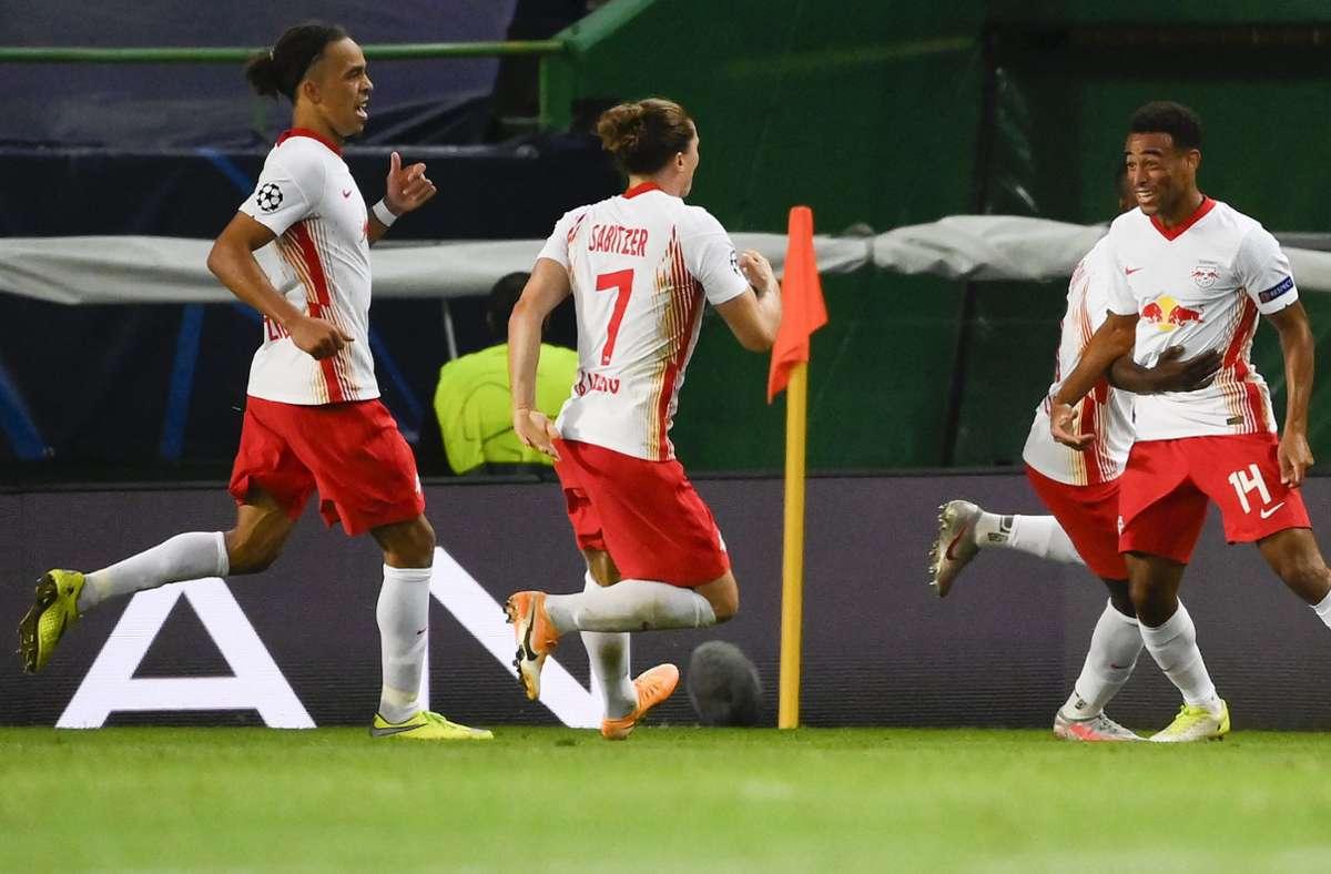 Tyler Adams (rechts) erzielte kurz vor dem Ende das 2:1 für Leipzig. Foto: AP/Lluis Gene