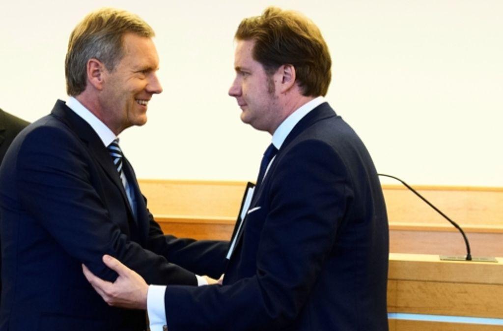 Christian Wulff und David Groenewold begrüßten sich herzlich im Gerichtssaal. Die Chronologie der Wulff-Affäre können Sie in unserer Bildergalerie nachlesen. Foto: dpa Pool