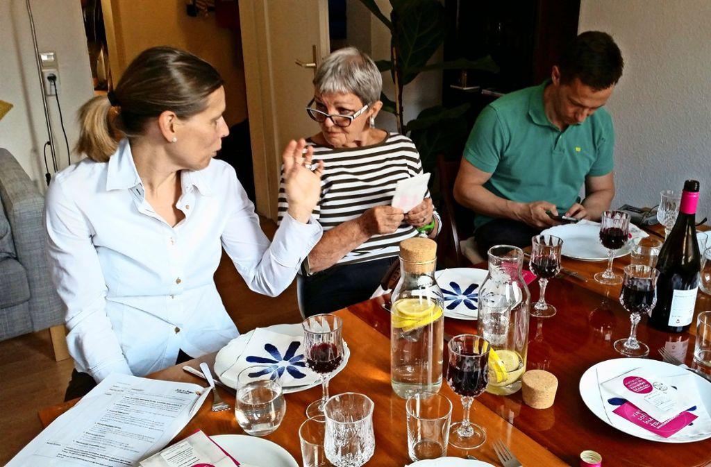 """Bei dem Projekt """"Salz und Suppe"""" treffen Menschen aus unterschiedlichen Milieus aufeinander. 2016 haben sich in  Stuttgart insgesamt neun Kochgruppen gebildet. Foto: Nina Ayerle"""