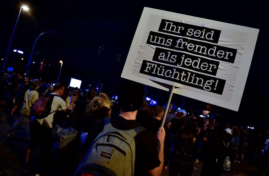 Ein Demoschild in Chemnitz am Abend des Solidaritätskonzertes Foto: AFP