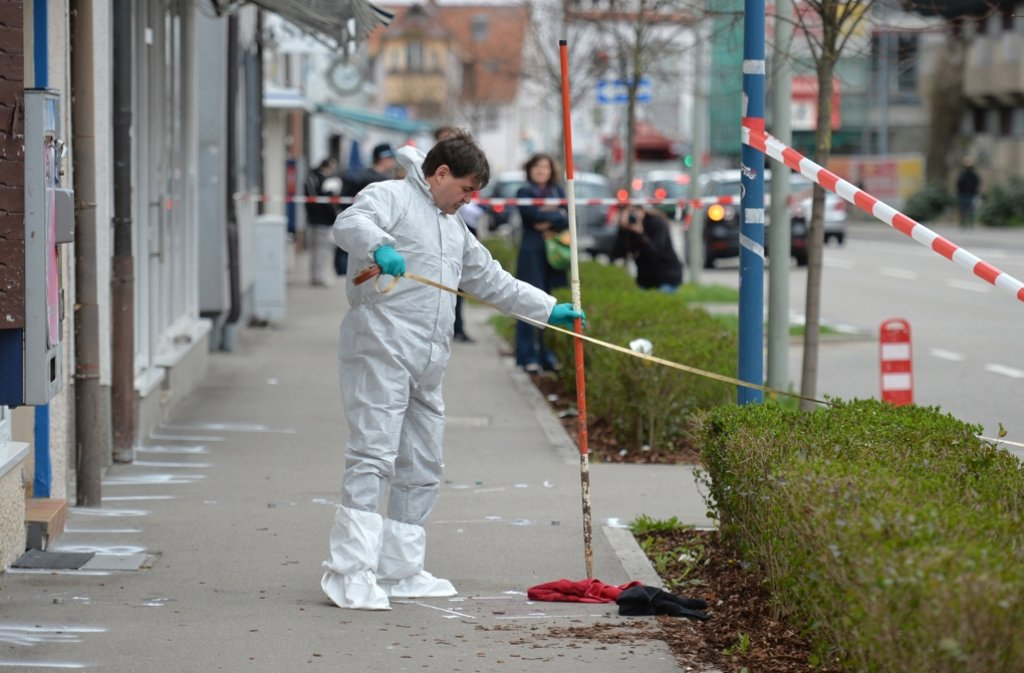 Der Tatort wird von der Polizei am Donnerstag vermessen. Foto: dpa