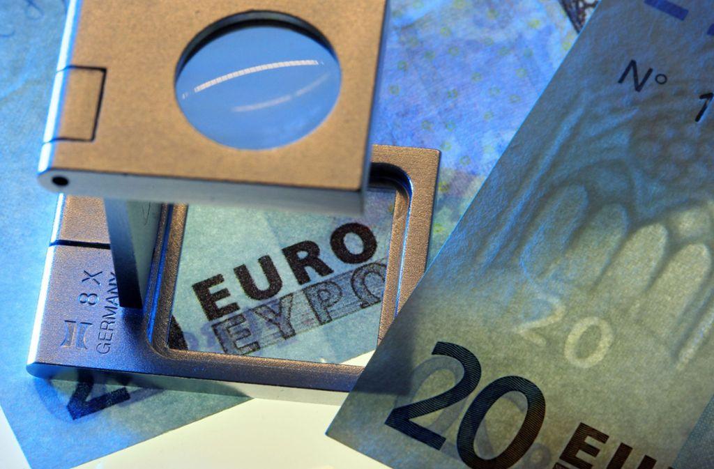 Momentan sollen vermehrt gefälschte 10- und 20-Euro-Scheine im Umlauf sein. Foto: dpa/Jens Büttner