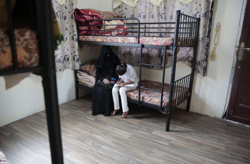 Ein zehn Jahre altes Mädchen mit seiner Mutter nach der Flucht vor einer Zwangsehe. Foto: AP