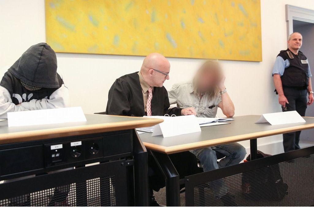 """Die ehemaligen Halter eines Hundes der Rasse """"Kangal"""" sitzen getrennt durch den Anwalt des Mannes im Gerichtssaal des Amtsgerichtes. Das Ehepaar ist wegen fahrlässiger Tötung angeklagt. Foto: dpa"""