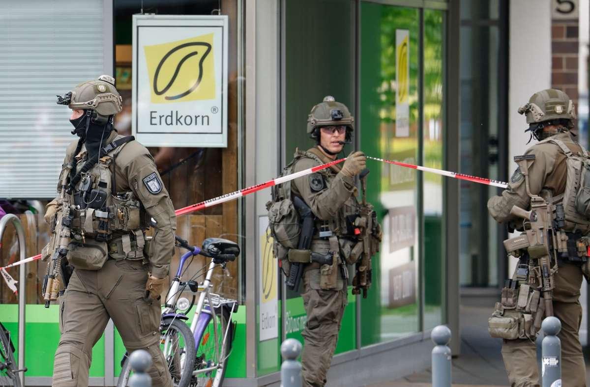 Polizisten eines SEK stehen vor einem Gebäude im Brauereiviertel der Stadt Kiel. Foto: dpa/Frank Molter