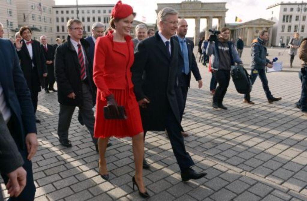 Belgiens König Philippe und Ehefrau Königin Mathilde schlendern Hand in Hand über den Pariser Platz vor dem Brandenburger Tor in Berlin. Foto: dpa