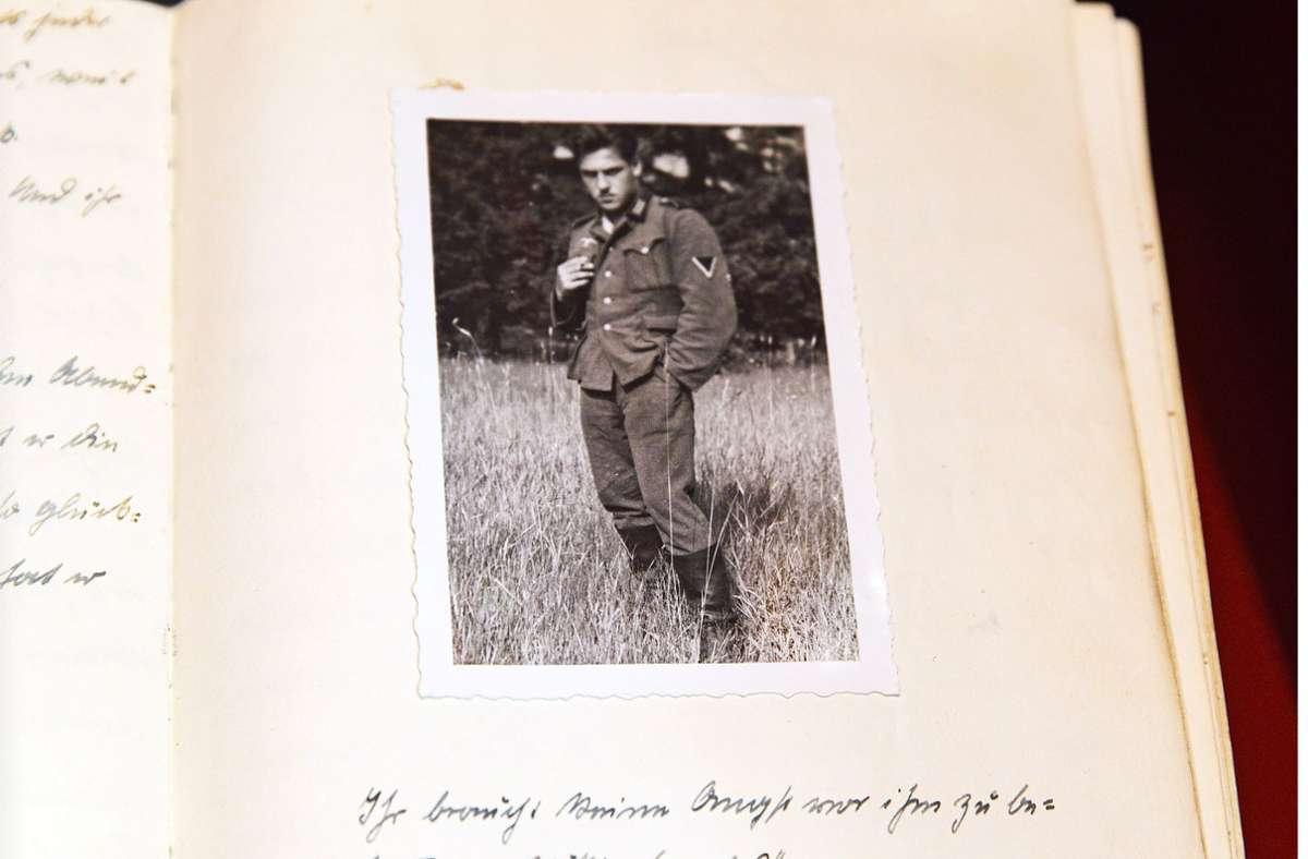 """""""Ihr braucht keine Angst vor ihm zu bekommen. ,Völlig harmlos.'"""" steht unter dem Foto des Soldaten  Hans Steisslinger, dem Sohn des bekannten Malers Fritz Steisslinger. Foto:"""