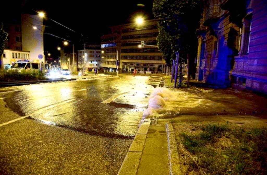 Nach dem Rohrbruch muss die Hohenheimer Straße saniert werden. Foto: Sven Friebe
