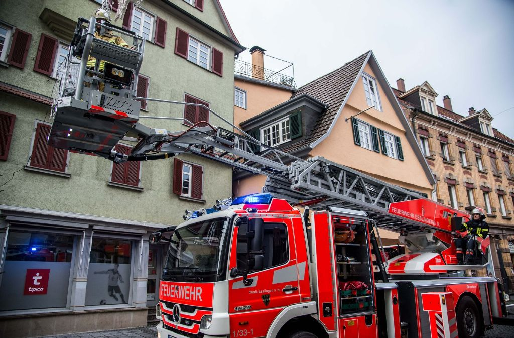 Die Feuerwehr musste zwei Bewohner aus ihrer Wohnung in der Esslinger Altstadt retten. Sie wurden in ein Krankenhaus gebracht. Foto: SDMG