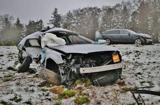 Autos stoßen frontal zusammen