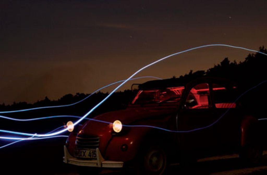 Rote Blitze im Innenraum und eine LED-Lampe für die Lichtspuren. Foto: Franzis Verlag