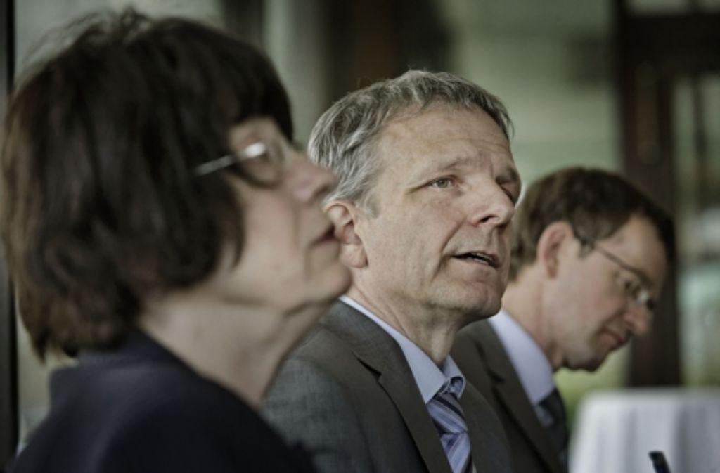 Moderator Ludwig Weitz muss sich kritische Fragen stellen lassen. Foto: Heinz Heiss
