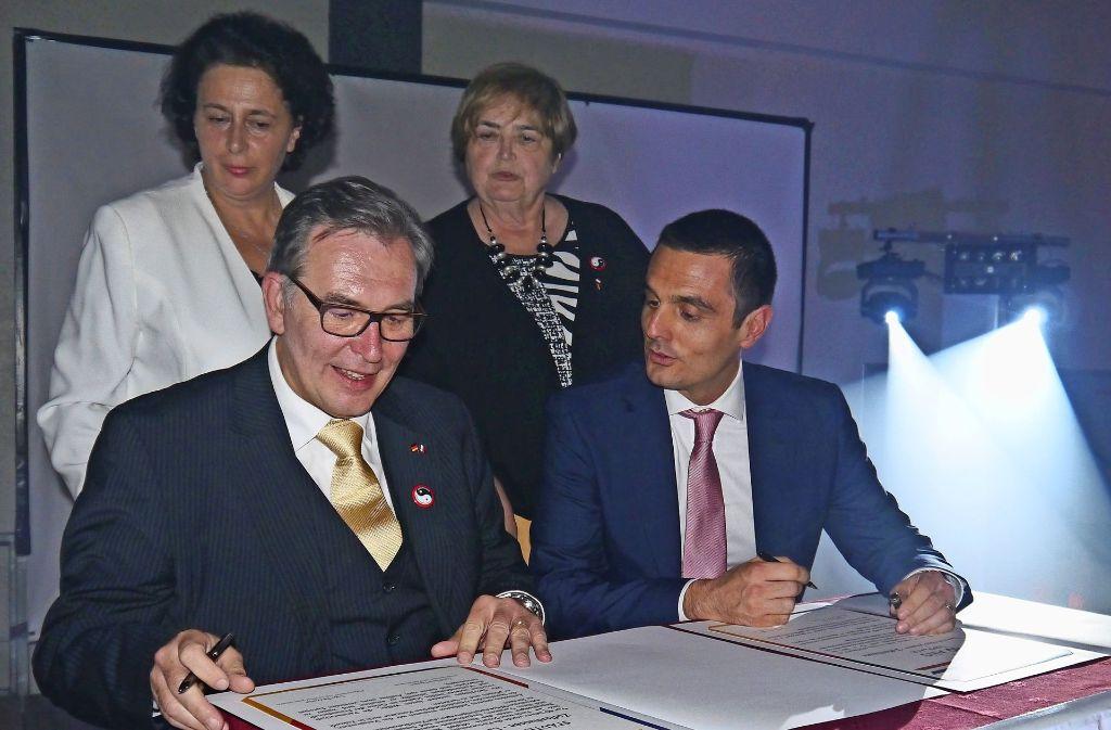 Gerhard Hanus (l.) und Ugo Pezzetta haben unter den Augen von Waltraud Sterr (hinten rechts) und Martine Lück  aus La Ferté die Partnerschaftsurkunde erneuert. Foto: privat