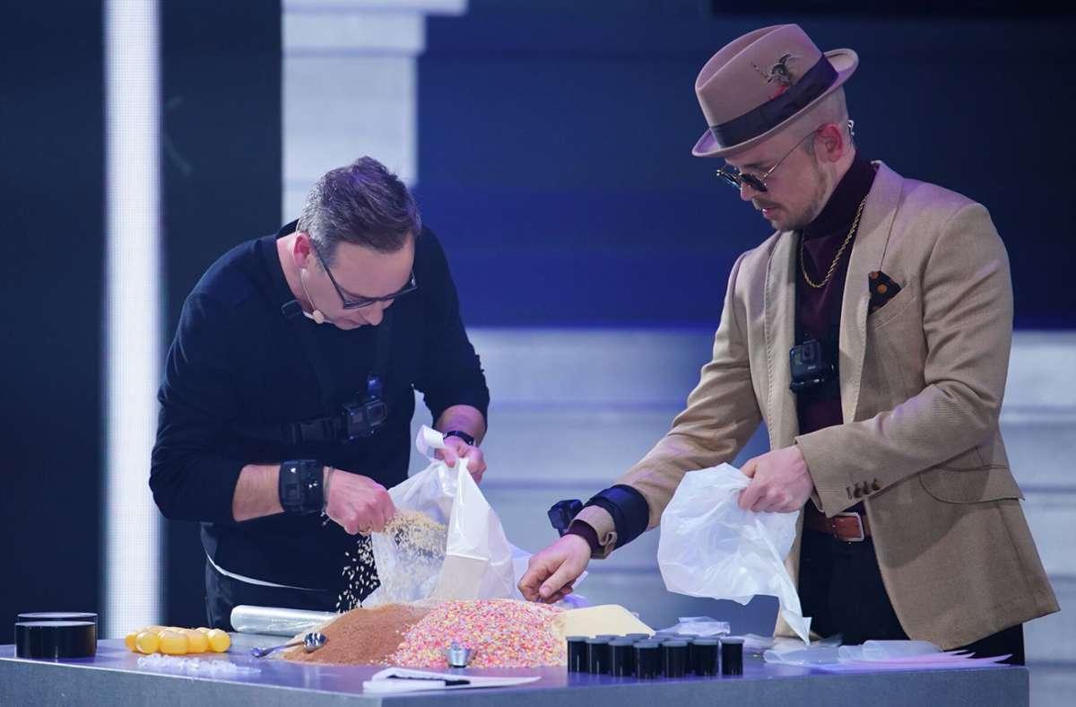 """Der Fernsehmoderator Matthias Opdenhövel (links) und der Musiker  Jan Delay am Dienstagabend bei """"Joko und Klaas gegen ProSieben"""". Foto: dpa/Stefan Gregorowius"""