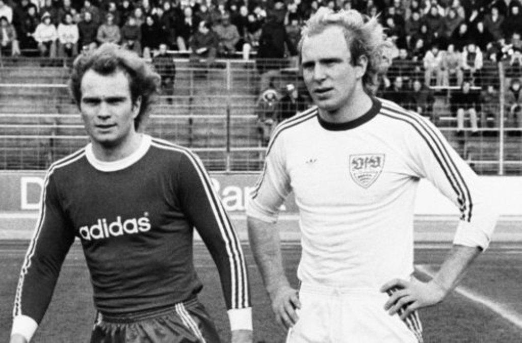Da war die Brust des VfB Stuttgart noch blank: Im Januar 1976 kickte Uli Hoeneß (links) für Bayern München mit Adidas-Schriftzug, bei Bruder Dieter und dem VfB gabs noch nichts zu lesen. Das folgte dann ... Foto: Pressefoto Baumann
