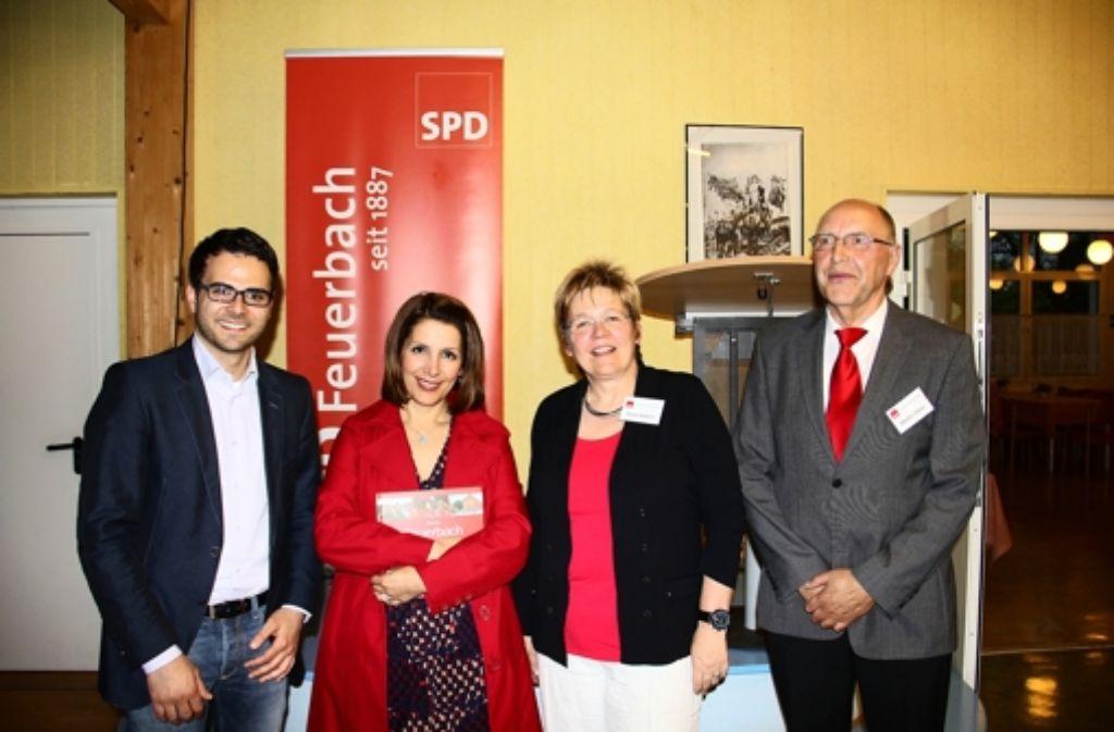 Suse Kletzin (2.v.r.) und Martin Härer (r.) hatten  zum Mai-Empfang SPD-Bundestagskandidat Nicolas Schäfstoß (l.) und Integrationsministerin Bilkay Öney eingelade Foto: Friedel