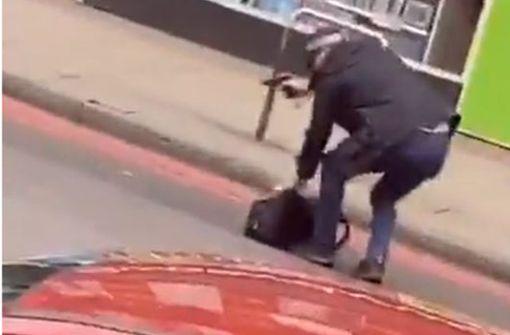 Mutmaßlicher Terrorist sticht auf Passanten ein