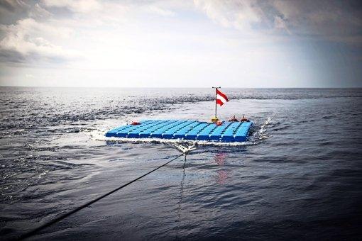 Eine Rettungsinsel auf hoher See