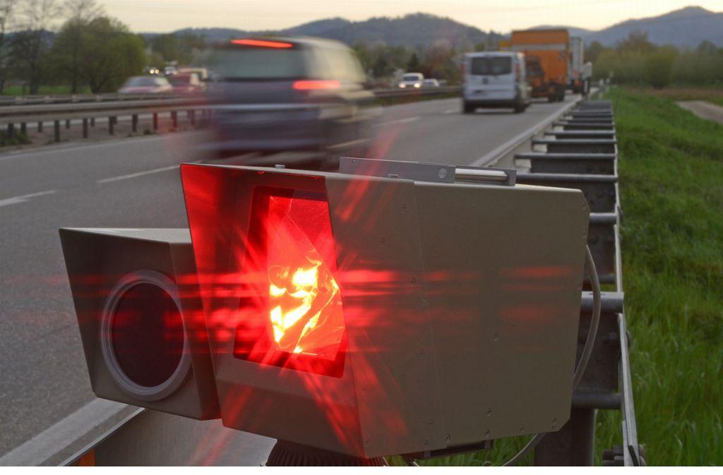 Mobile Tempokontrolle am Fahrbahnrand – trotz Corona werden die Geräte nicht weggepackt. Foto: dpa/Patrick Seeger