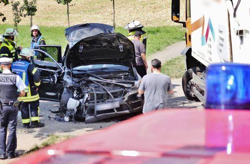Hoher Schaden nach Kollision zwischen BMW und Müllauto