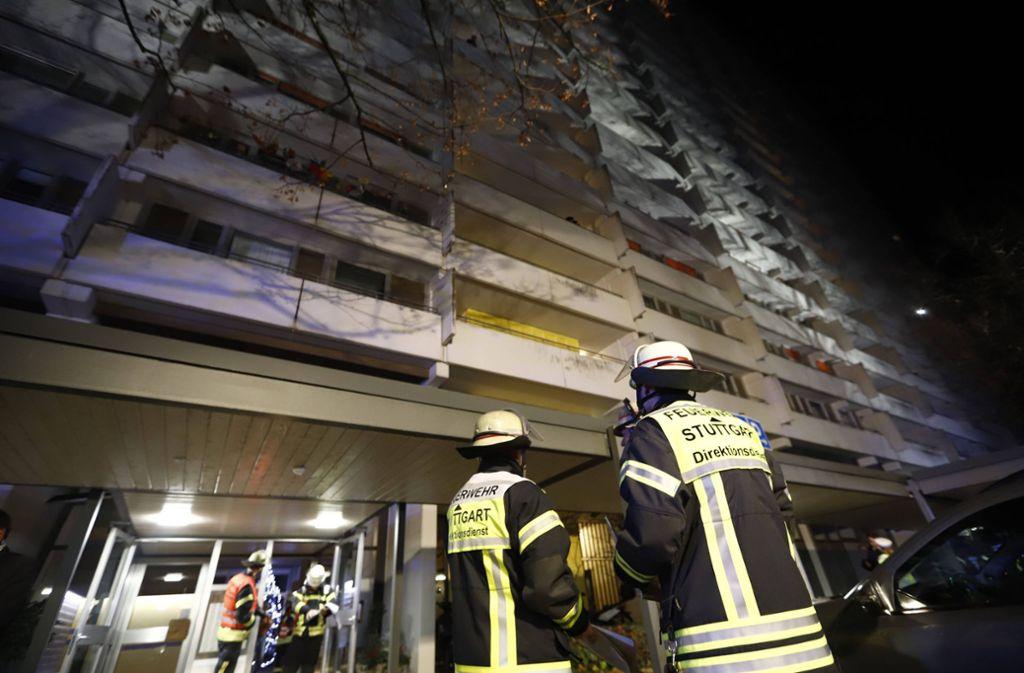Die Feuerwehr steht vor dem Hochhaus im Asemwald. Foto: 7aktuell.de/Simon Adomat/www.7aktuell.de/Simon Adomat