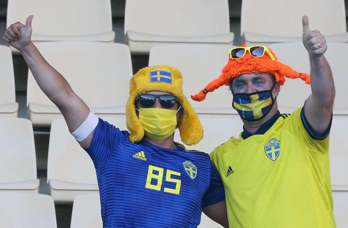 Daumen hoch: die Fans feiernd bei der EM die Rückkehr in die Stadien. Foto: dpa/Cezearo De Luca