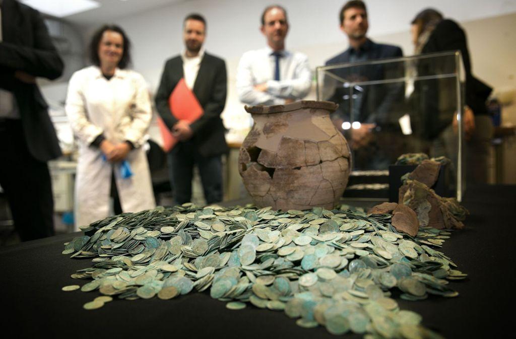 Die Mitarbeiter des Landesdenkmalamtes vor den Münzen. Einen Schatz von dieser Bedeutung bekommen sie vielleicht einmal in ihrem Berufsleben zu Gesicht. Foto: Ines Rudel