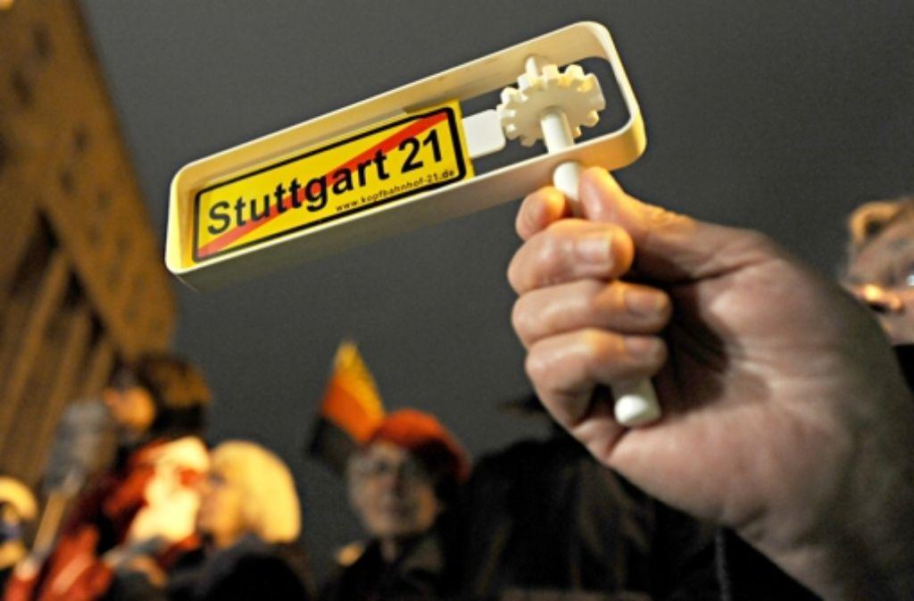 Am dritten Jahrestag des umstrittenen Polizeieinsatzes gegen Stuttgart-21-Gegner sind Tausende bei der Montagsdemo in Stuttgart mitmarschiert. Die Geschichte des Protests zeigen wir in der Fotostrecke. Foto: dpa