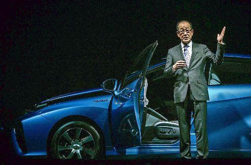 Chefingenieur Yoshikazu Tanaka präsentierte am 18. November 2014 den Toyota Mirai bei der Weltpremiere in Tokio. Foto: AFP, dpa