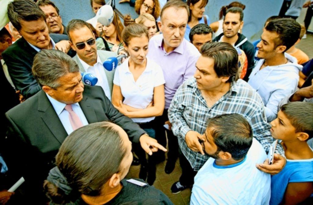 Sigmar Gabriel (links) redet auch mit  Flüchtlingen Klartext. Foto: dpa