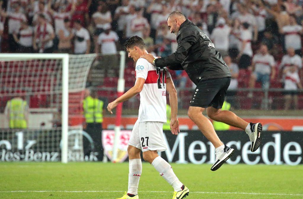 Trainer Tim Walter springt auf einen seiner Matchwinner: Mario Gomez. Foto: Pressefoto Baumann