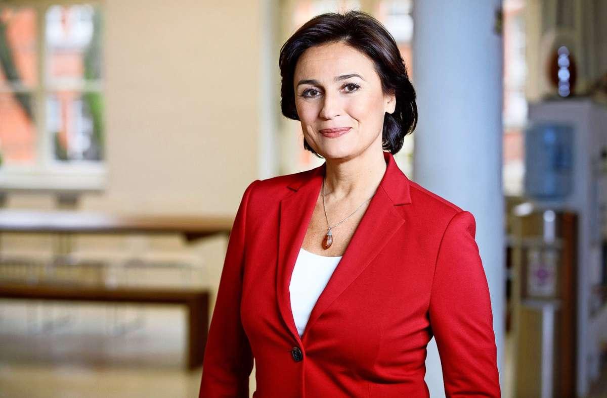 """Sandra Maischberger moderiert """"Die Woche"""" in der ARD. Foto: WDR/Peter Rigaud"""