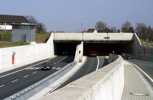 Polizei chauffiert Mann durch Tunnelröhre