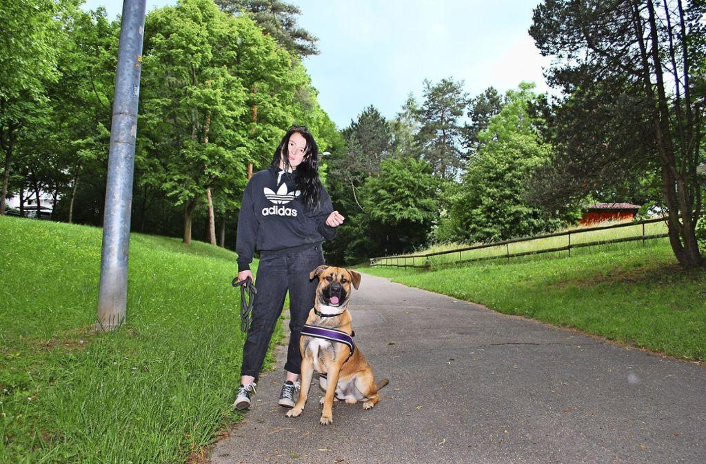Anesa Karavdic mit ihrem Hund Flek. Weil sie dem Tier  rechtzeitig eine präparierte Wurst aus dem Maul nahm, konnte Schlimmeres verhindert werden. Foto: Steegmüller