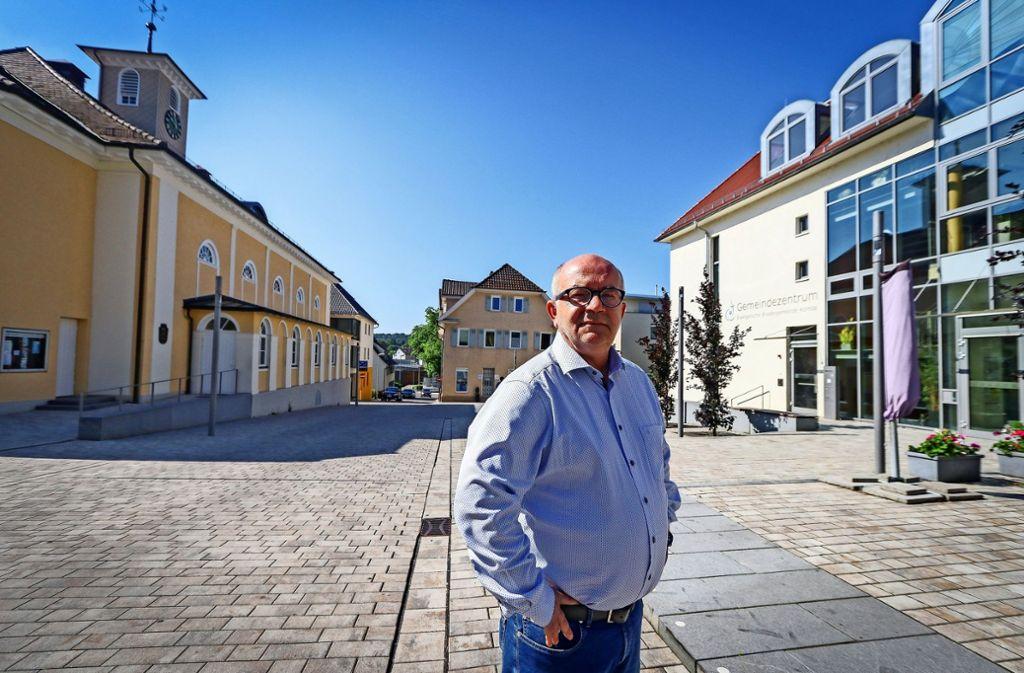 Detlev Zander  zwischen dem Gemeindezentrum und dem  Großen Saal auf dem Korntaler Saalplatz. Foto: factum/Granville