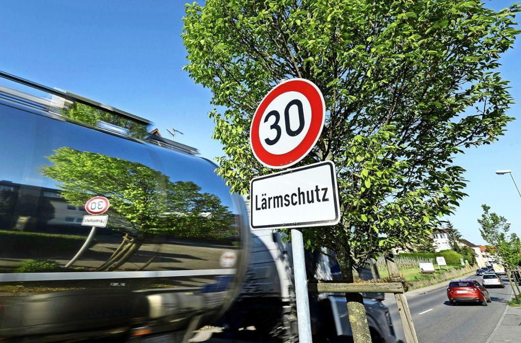 Mit Tempo 30 sollen Anwohner von Straßen vor Lärm geschützt werden. Foto: dpa/Felix Kästle