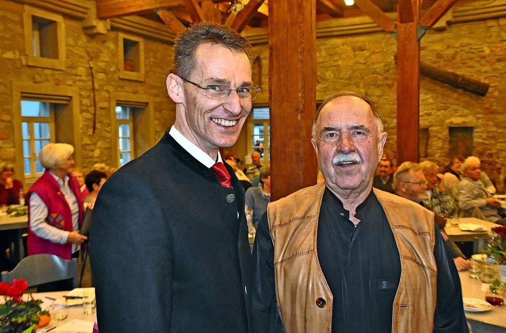 Rolf Gerlach (rechts) kann sich erneut mit der Zuffenhäuser Mundartdichterkrone schmücken, Hans-Ulrich Kauderer belegte den zweiten Platz. Foto: Georg Linsenmann
