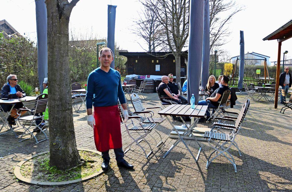 Josef Nogaj vom Wirthshaus zum Kuckuck in Fellbach  hatte bis Freitag  geöffnet, von dieser Woche an gibt es bei ihm das Essen zum Abholen. Foto: Eva Herschmann
