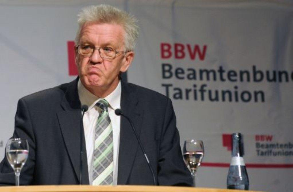 Die Beamtenproteste in Stuttgart bringen den Ministerpräsidenten Winfried Kretschmann zeitweise etwas aus der Fassung. Foto: dpa