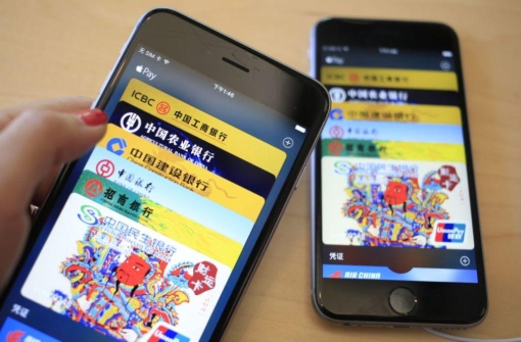 """Geldtransfer von Handy zu Handy: In China hat Apple bereits  das bargeldlose Bezahlsystem """"Apple Pay"""" durchgeführt. Ein Sachbuch klärt nun, warum es solche Modelle in Deutschland noch schwer haben. Foto: EPA"""