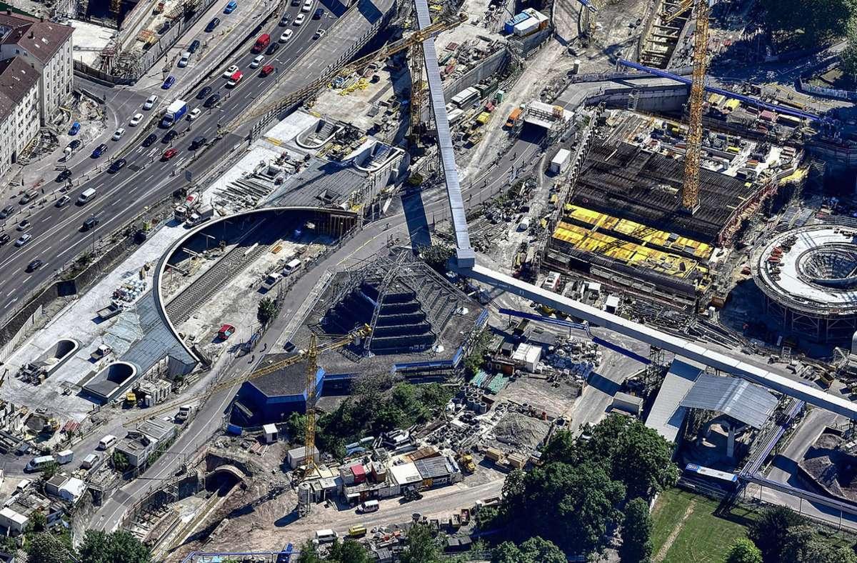 Die Luftaufnahme aus dem Mai zeigt die neue Stadtbahnhaltestelle Staatsgalerie mit ihrer bogenförmigen Öffnung zum Planetarium und zum Schlossgarten hin. Foto: DB/Arnim Kilgus