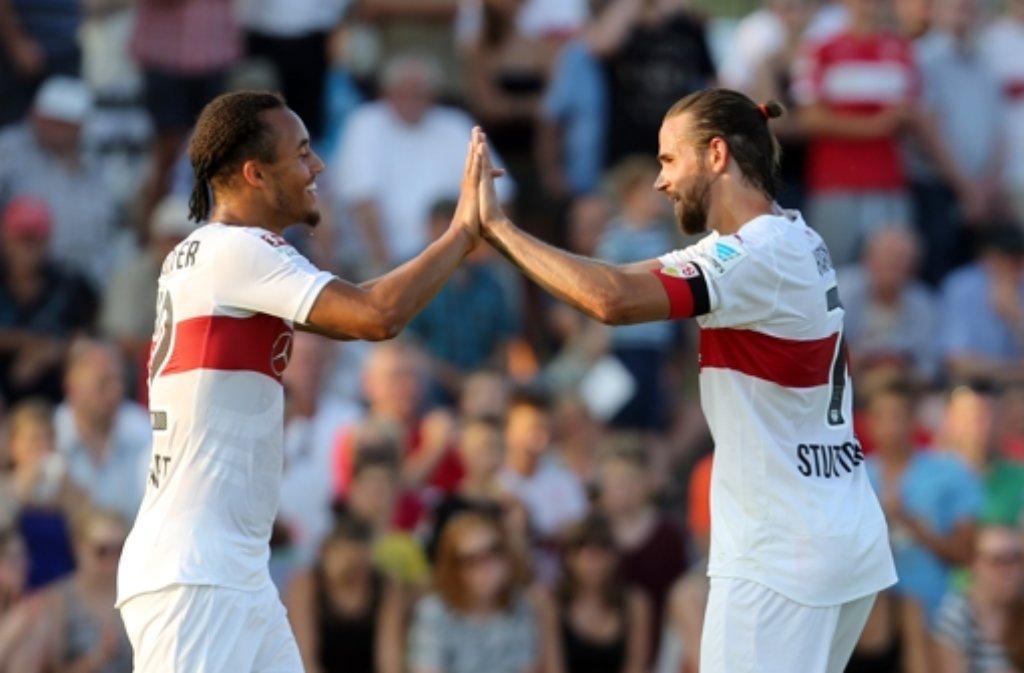 Jerome Kiesewetter (links) und Martin Harnik vom VfB Stuttgart jubeln beim Testspiel-Erfolg beim TSV Ilshofen. Foto: Pressefoto Baumann