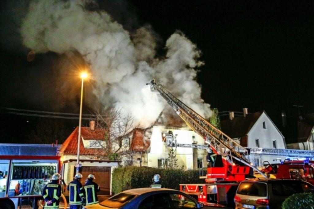 Beim Eintreffen der Feuerwehr stand das Haus in der Hauptstraße in Zell  schon lichterloh in Flammen. Foto: 7aktuell