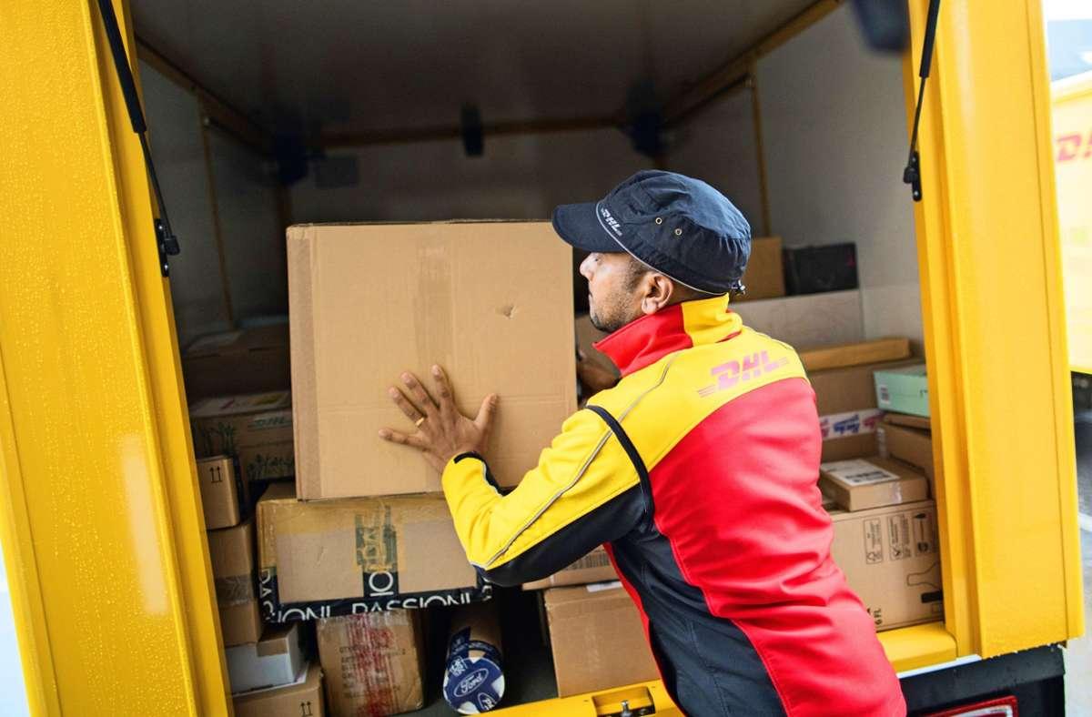 In der Vorweihnachtszeit haben Paketdienste viel zu tun. Auch bei der Annahme von Paketen gibt es einiges zu beachten. Foto: dpa/Rolf Vennenbernd