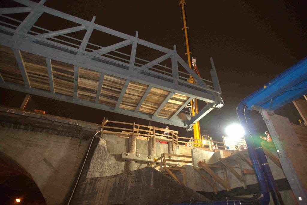 Die Brücke für die S21-Baulogistikstraße in der Ehmannstraße am Rosensteinpark in Stuttgart-Nord ist in der Nacht zum Sonntag errichtet worden. Foto: www.7aktuell.de | Jonas Oswald