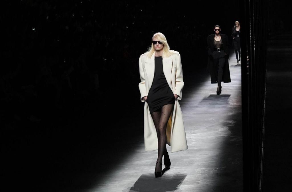 Extreme Silhouetten, breite Schultern und kurze Kleider dominierten die Kollektion. Foto: Getty Images Europe