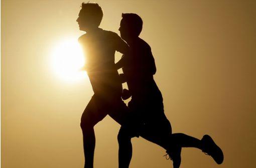 Zwei Jogger knallen mit ihren Köpfen zusammen